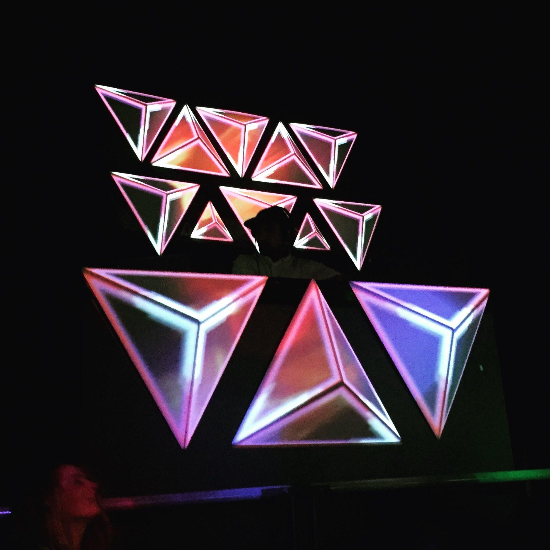 videomapping triangulos dj cabina